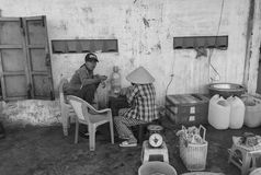 De mensen die straatvoedsel in Phan eten belden, Vietnam stock afbeelding