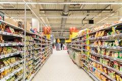 De mensen die in Supermarkt winkelen slaan Doorgang op royalty-vrije stock afbeeldingen