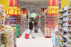 De mensen die in Supermarkt winkelen slaan Doorgang op royalty-vrije stock afbeelding