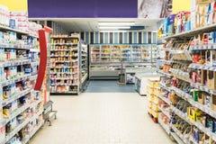 De mensen die in Supermarkt winkelen slaan Doorgang op royalty-vrije stock foto's