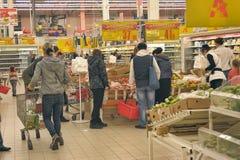 De mensen die in Supermarkt winkelen slaan op Royalty-vrije Stock Foto's