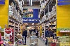 De mensen die in Supermarkt winkelen slaan op Royalty-vrije Stock Foto