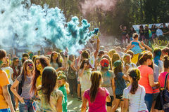 De mensen die tijdens de kleur vieren werpen bij het Holi-Festival o Stock Afbeelding