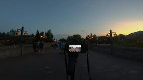 De mensen die van de cameraopname op Fantasyland-gebied bij Magisch Koninkrijk lopen stock videobeelden