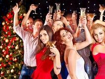 De mensen die van de groep bij partij dansen. Royalty-vrije Stock Afbeeldingen