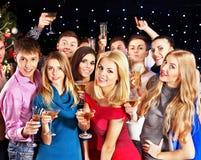 De mensen die van de groep bij partij dansen. Stock Foto