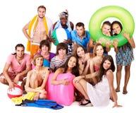 De mensen die van de groep strandtoebehoren houden. Stock Fotografie
