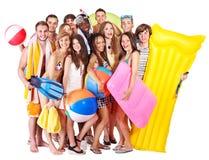 De mensen die van de groep strandtoebehoren houden. royalty-vrije stock foto's