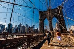 De Mensen die van de lenteapril 2015 op de Brug van Brooklyn, de V.N. van New York lopen royalty-vrije stock afbeelding