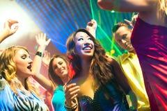 De mensen die van de partij in disco of club dansen Stock Fotografie