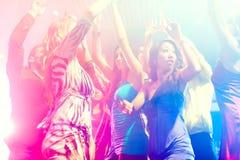 De mensen die van de partij in disco of club dansen Stock Foto