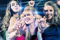 De mensen die van de partij in discoclub dansen Royalty-vrije Stock Foto's