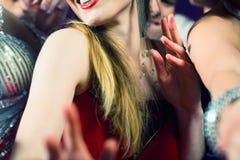 De mensen die van de partij in discoclub dansen Stock Afbeelding