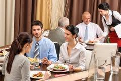 De mensen die van het bedrijfslunchrestaurant maaltijd eten Stock Foto's