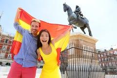 De mensen die van Madrid de vlag van Spanje op Pleinburgemeester tonen Stock Afbeelding