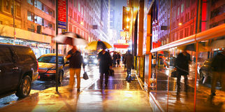 De mensen die van New York in regen omzetten Stock Fotografie