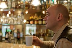 De mensen die van Nice bij coffee-room zitten stock foto's