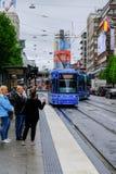 De Mensen die van Stockholm, Zweden op de tram wachten royalty-vrije stock foto's
