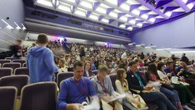 De mensen die van de tijdtijdspanne in auditorium komen aan forum stock videobeelden