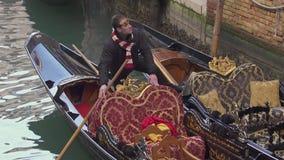 De mensen die van Venetië van een gondel ontschepen stock video