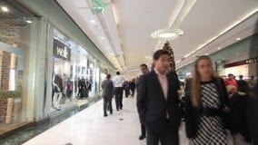 De mensen die voor Kerstmis winkelen stellen in wandelgalerij voor stock videobeelden
