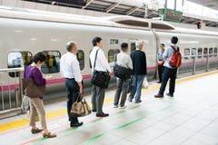 De mensen die wachten op shinkansen ultrasnelle trein Stock Fotografie