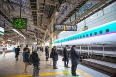 De mensen die wachten op shinkansen ultrasnelle trein stock afbeeldingen