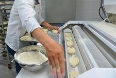 De mensen die werken bij bakken fabriek royalty-vrije stock afbeelding