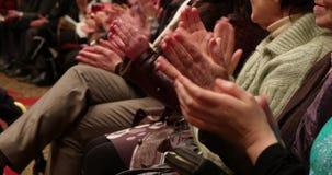 De mensen dienen Hall Applause in stock video