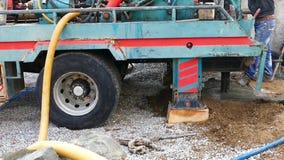 De mensen doen het boorwerk water, het Boorwerk vinden, om waterboring te maken te vinden, motie vertragen, stock video