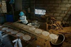 De mensen doen het traditionele voedsel van Vietnam van rijstbloem Royalty-vrije Stock Foto's