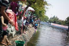 De mensen dompelen omhoog water op festival Songkran onder Royalty-vrije Stock Afbeeldingen
