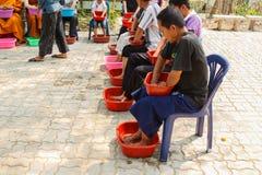 De mensen doorweken hun handen en voeten met kruidenwater voor sk Royalty-vrije Stock Afbeelding