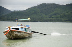 De mensen drijven houten schip en meertros in Koh Yao Noi Harbor voor s Stock Afbeeldingen