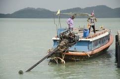 De mensen drijven houten schip en meertros in Koh Yao Noi Harbor voor s Stock Foto