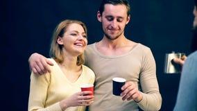 De mensen drinken op een zwarte achtergrond Vrolijk bedrijf alcohol Vergadering Samenkomende oude vrienden stock videobeelden