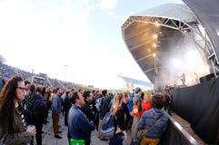De mensen in een inaugureel vrij overleg in Heineken Primavera klinken het Festival van 2013 royalty-vrije stock afbeeldingen