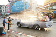 De mensen in een Songkran-water bestrijden festival in Chiangmai, Thailand Stock Afbeeldingen