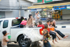 De mensen in een Songkran-water bestrijden festival in Chiangmai, Thailand Stock Fotografie
