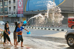De mensen in een Songkran-water bestrijden festival in Chiangmai, Thailand Stock Afbeelding