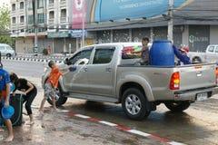 De mensen in een Songkran-water bestrijden festival in Chiangmai, Thailand Royalty-vrije Stock Foto's