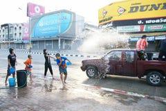 De mensen in een Songkran-water bestrijden festival in Chiangmai, Thailand Royalty-vrije Stock Afbeeldingen