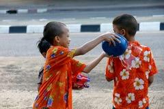 De mensen in een Songkran-water bestrijden festival in Chiangmai, Thailand Royalty-vrije Stock Foto
