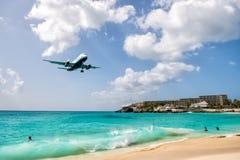 De mensen en het landende vliegtuig bij stMaarten Maho Beach Stock Foto