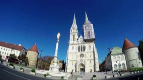 De mensen en de toeristen in Zagreb bezoeken de kathedraal van Zagreb, timelaps video stock video