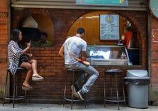 De mensen eten bij een koffie in Katmandu, Nepal Stock Afbeeldingen