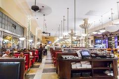 De mensen eten binnen beroemde Jerrys Royalty-vrije Stock Fotografie