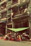 De mensen eten in een straat van Yangon Rangoon, Myanmar Birma stock foto's