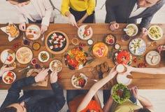 De mensen eten gezonde maaltijd bij de gediende partij van het lijstdiner Royalty-vrije Stock Foto's