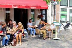 De mensen eten het restaurant openluchtterras van de drank Spaans koffie, Jordaan Amsterdam, Nederland Royalty-vrije Stock Afbeeldingen